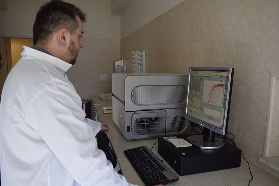 Łukasz Madej – Diagnosta laboratoryjny, Specjalista Laboratoryjnej Genetyki Medycznej Uniwersytetu Jana Kochanowskiego w Kielcach, Koordynator Zespołu Diagnostów Medycznego Laboratorium Diagnostycznego RCNT przy aparacie LightCycler480 do wykonywania reakcji PCR w czasie rzeczywistym.